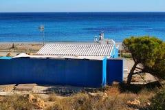 Alte blaue Kabine auf dem Strand in Santa Pola Stockfoto