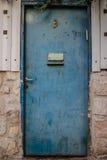 Alte blaue Metall-Schmutztür mit Briefkasten und rostigen Metall-lockas ein schöner Weinlesehintergrund Lizenzfreie Stockfotos