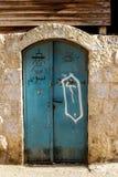 Alte blaue Metall-Schmutztür mit Schlüsselloch und rostigen Metall-lockas ein schöner Weinlesehintergrund Stockbild