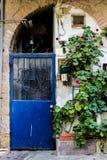 Alte blaue Metall-Schmutztür mit Schlüsselloch und rostigen Metall-lockas ein schöner Weinlesehintergrund Lizenzfreie Stockbilder