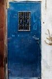 Alte blaue Metall-Schmutztür mit Schlüsselloch und rostigen Metall-lockas ein schöner Weinlesehintergrund Stockfotos