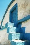 Alte blaue Metalltür und -treppe Lizenzfreies Stockbild