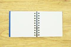 Alte blaue Notizbuchverbreitung Stockbilder