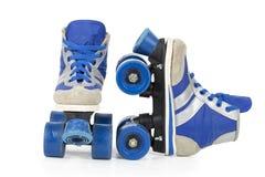 Alte blaue Rollerblades Stockfoto