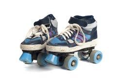 Alte blaue Rollerblades lokalisiert auf Weiß Lizenzfreies Stockfoto