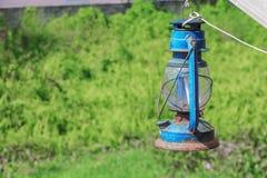 Alte blaue rostige Laterne im Garten Stockbilder