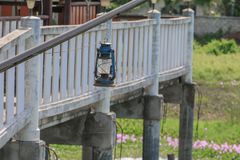 Alte blaue rostige Laterne im Garten Stockfotos