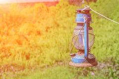 Alte blaue rostige Laterne im Garten mit Sonnenunterganglichtton Lizenzfreie Stockbilder