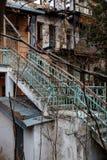 Alte blaue rostige Treppe im ruinierten Haus Stockfotos