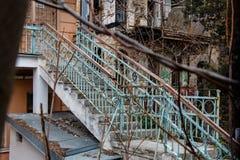 Alte blaue rostige Treppe im ruinierten Haus Stockbilder