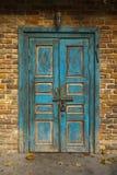 Alte blaue Schmutz-Tür Stockfotografie