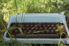 Alte blaue Schreibmaschine Stockfotos