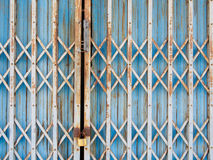Alte blaue Stahltür des Hintergrundes Stockfotos