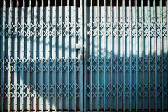 Alte blaue Stahltür geschlossen Lizenzfreie Stockbilder
