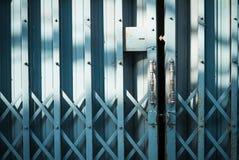 Alte blaue Stahltür geschlossen Stockfoto