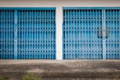 Alte blaue Stahltür mit alten konkreten Böden Alte Stahltür Stockfoto