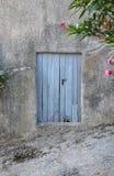 Alte blaue Tür auf alter Fassade Lizenzfreie Stockfotografie