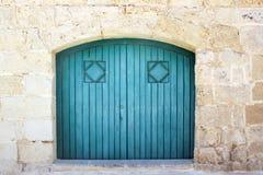 Alte blaue Tür auf Backsteinmauer Stockfoto