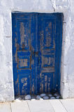 Alte blaue Tür auf Santorini-Insel, Griechenland Lizenzfreie Stockbilder