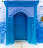 Alte blaue Tür auf Straße in Chefchaouen Stockfotografie