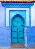 Alte blaue Tür auf Straße in Chefchaouen Lizenzfreies Stockbild