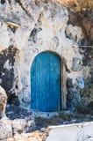 Alte blaue Tür in der Steinwand Stockfotos