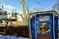 Alte blaue Tür des gealterten Schiffs mit einer Öffnung. Lizenzfreie Stockfotografie