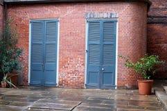 Alte blaue Tür in einer Backsteinmauer Stockfoto