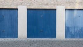 Alte blaue Tür einer Garage Stockfotografie