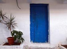 Alte blaue Tür in Griechenland Stockbild