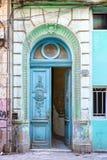 Alte blaue Tür in Havana Lizenzfreies Stockbild