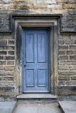 Alte blaue Tür im Steineingang Stockfotografie