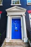 Alte blaue Tür in London Lizenzfreie Stockfotografie
