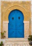 Alte blaue Tür mit Bogen von Tunesien Lizenzfreie Stockbilder