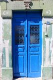 Alte blaue Tür mit Handtür-Klopfer Lizenzfreies Stockbild
