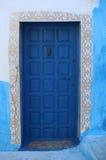 Alte blaue Tür mit Handtür-Klopfer Stockfotos