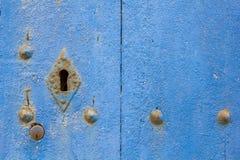 Alte blaue Tür mit rostigem Riegel. Stockfotos