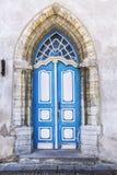 Alte blaue Tür mit Verzierung Stockbild