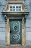 Alte blaue Tür in Riga, Lettland Lizenzfreie Stockfotografie