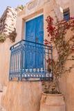 Alte blaue Tür Santorini und blaues Eisengeländer Stockfoto