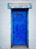 Alte blaue Tür und Backsteinmauer Lizenzfreie Stockfotografie