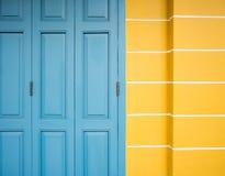 Alte blaue Tür und gelbe Wand Lizenzfreie Stockfotografie