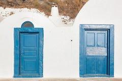 Alte blaue Türen des Schmutzes in Oia-Stadt, Santorini, Griechenland Stockbilder