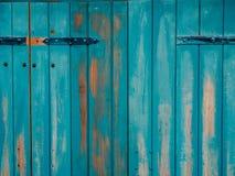 Alte blaue Türen Hölzerne Beschaffenheit Beschaffenheit des Metalls Stockfotos