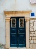 Alte blaue Türen Hölzerne Beschaffenheit Beschaffenheit des Metalls Stockfoto