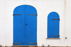 Alte blaue Tür und Fenster, Alghero, Sardinien Stockbild