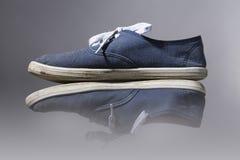 Alte, blaue Turnschuhe Stockfoto
