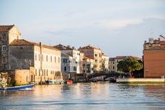 Alte blaue und rote Boote in Venedig-Kanal Lizenzfreies Stockbild