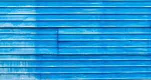 Alte blaue Wand hergestellt vom Stahlblechdachbeschaffenheitshintergrund Lizenzfreie Stockfotografie
