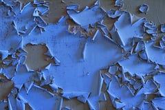 Alte blaue Wand mit flockigem grauem Lack. Stockfoto